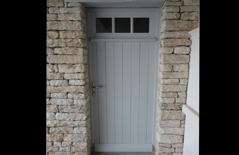 Porte en bois pleine avec imposte vitrée